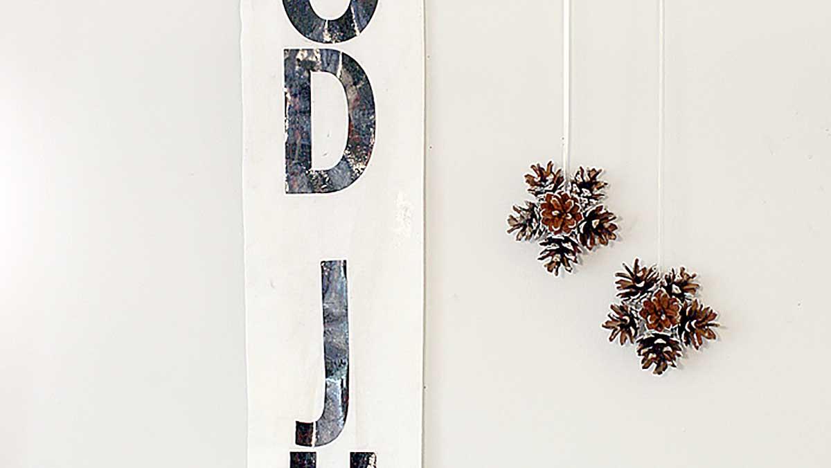 Julflagga och dekoration av kottar
