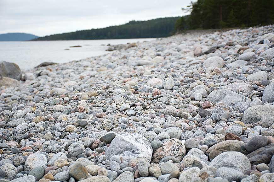 En strand av vackra stenar på Storstensudden av Helen Thalen