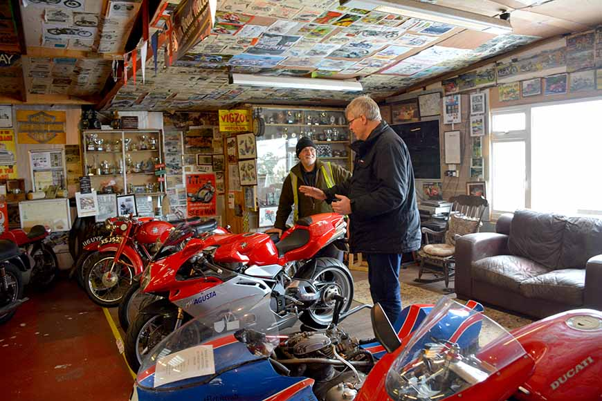 Mike Barryy på Scaleby Hill Vintage motor bike museum av Helen Thalen