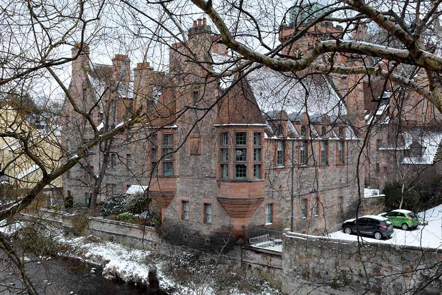 Well Court i Dean Village av Helen Thalen