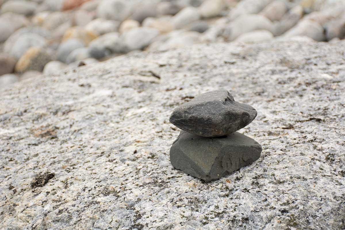 Svarta, kantiga stenar staplade på varandra