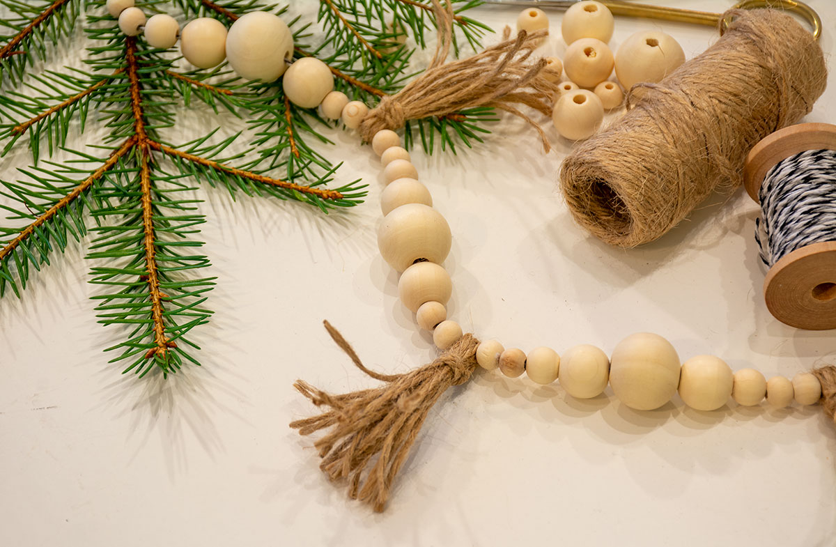 Girlang med träpärlor och tofsar av jutetråd av HelensColorLife