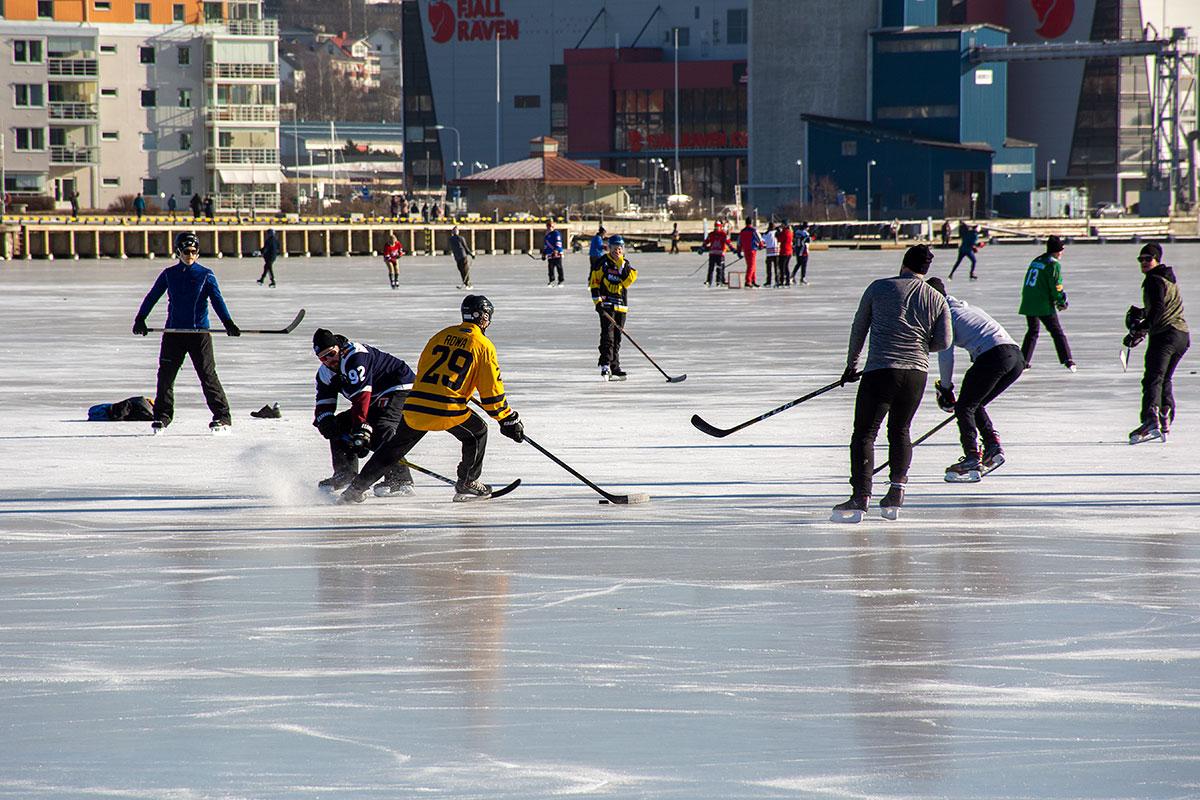 Det spelas ishockey på Öviksfjärden