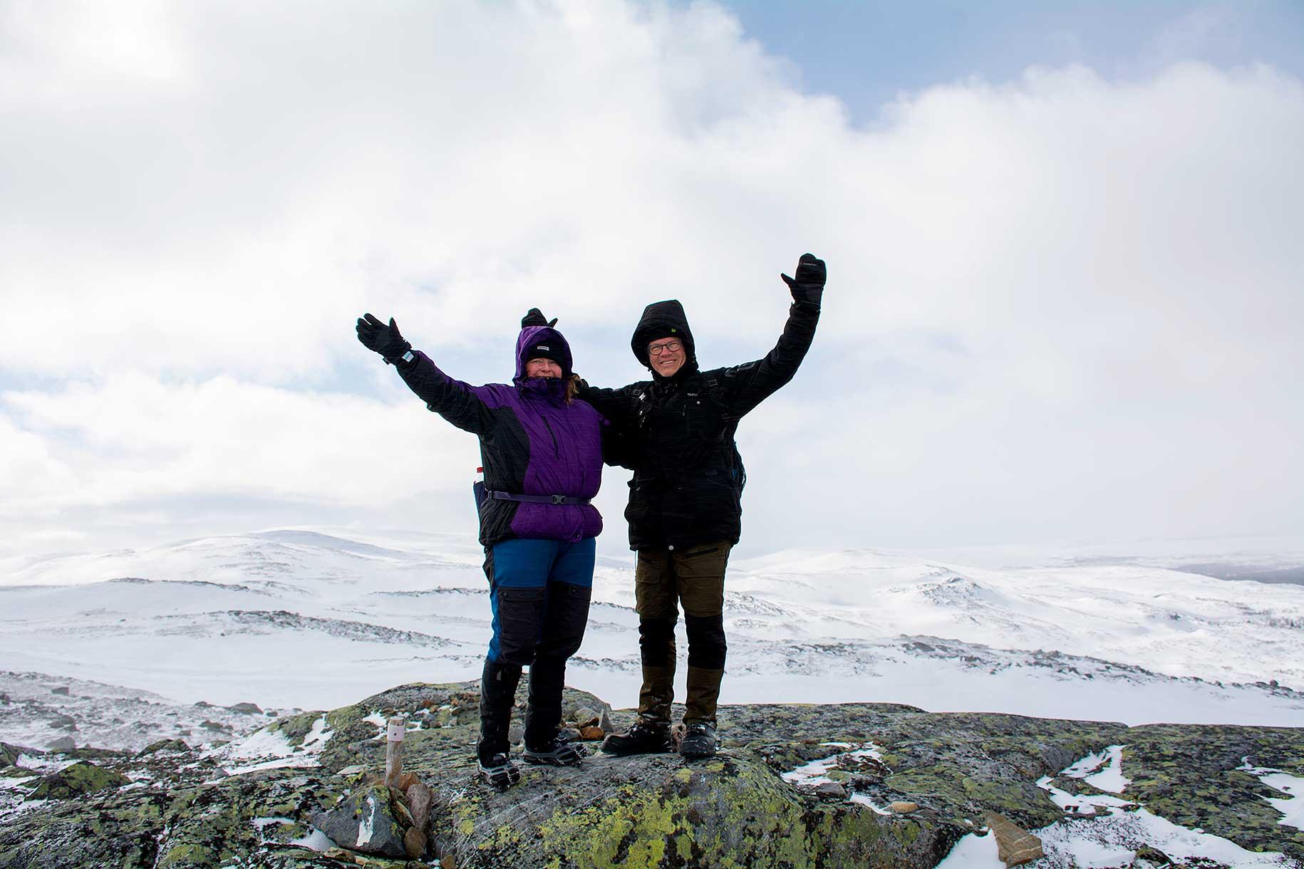 Syster och svåger uppe på klippan vi satt som mål.
