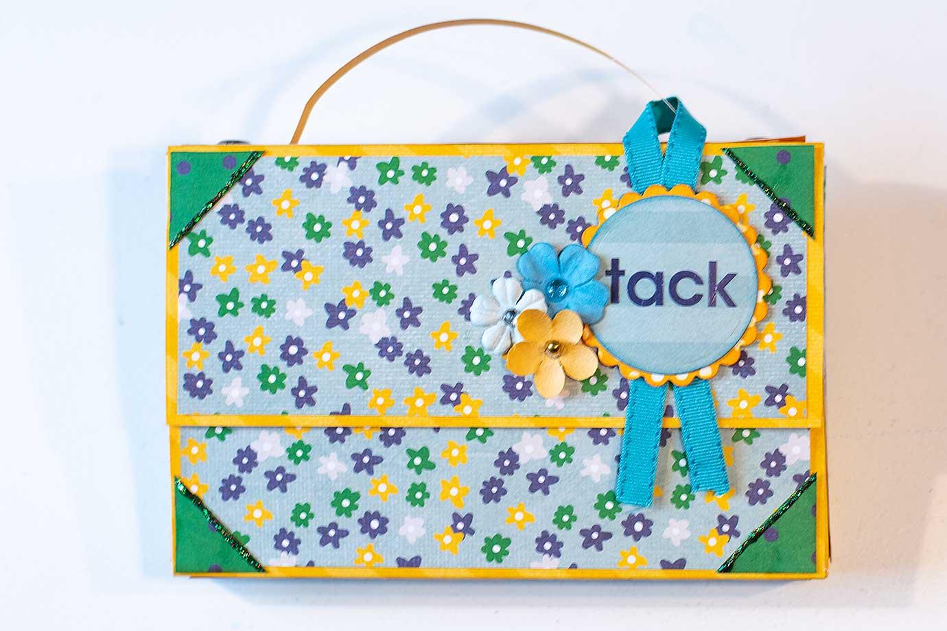 En väska som passar en ask med Toffifee i glada färger