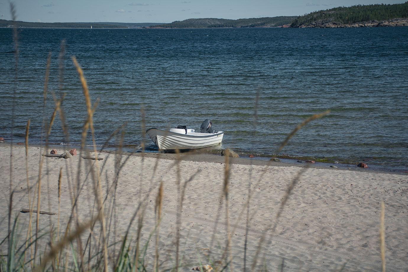 Båten ligger mot stranden i Björnviken, Trysunda